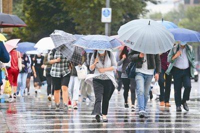 示意圖。中央氣象局對13縣市發布大雨特報,午後對流雲系發展旺盛,易有短延時強降雨。 聯合報系資料照片/記者余承翰攝影