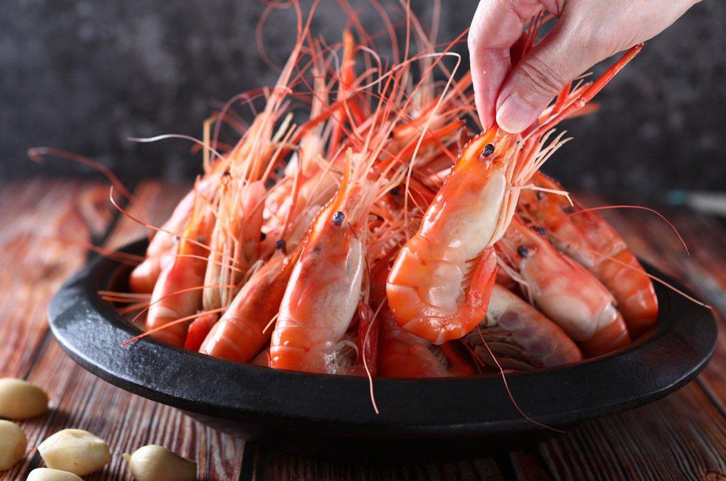 「蒜窯泰國蝦」使用最原始調味方式,蒜頭薑片加米酒嗆鍋大火收汁,飽滿彈嫩的蝦肉鮮甜...