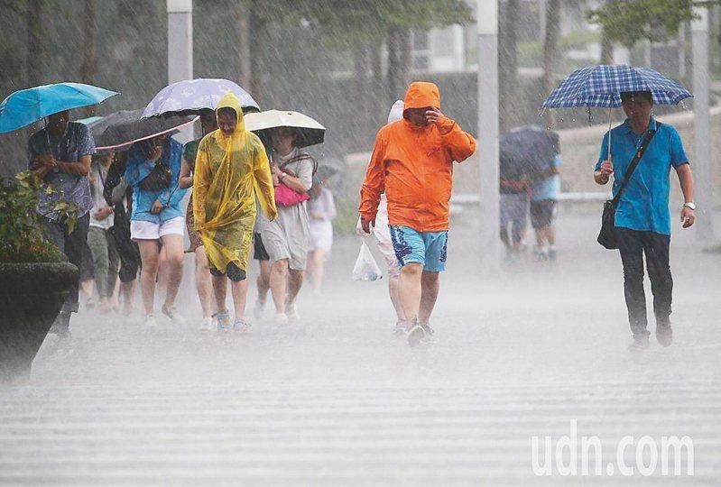 中央氣象局針對10縣市發布大雨特報。 圖/聯合報系資料照片