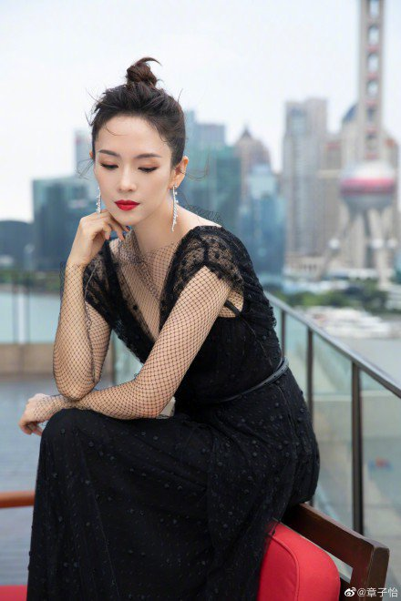 章子怡選擇VALENTINO黑色蕾絲網紗禮服,垂墜優雅的整體輪廓以蕾絲鏤空細節點...