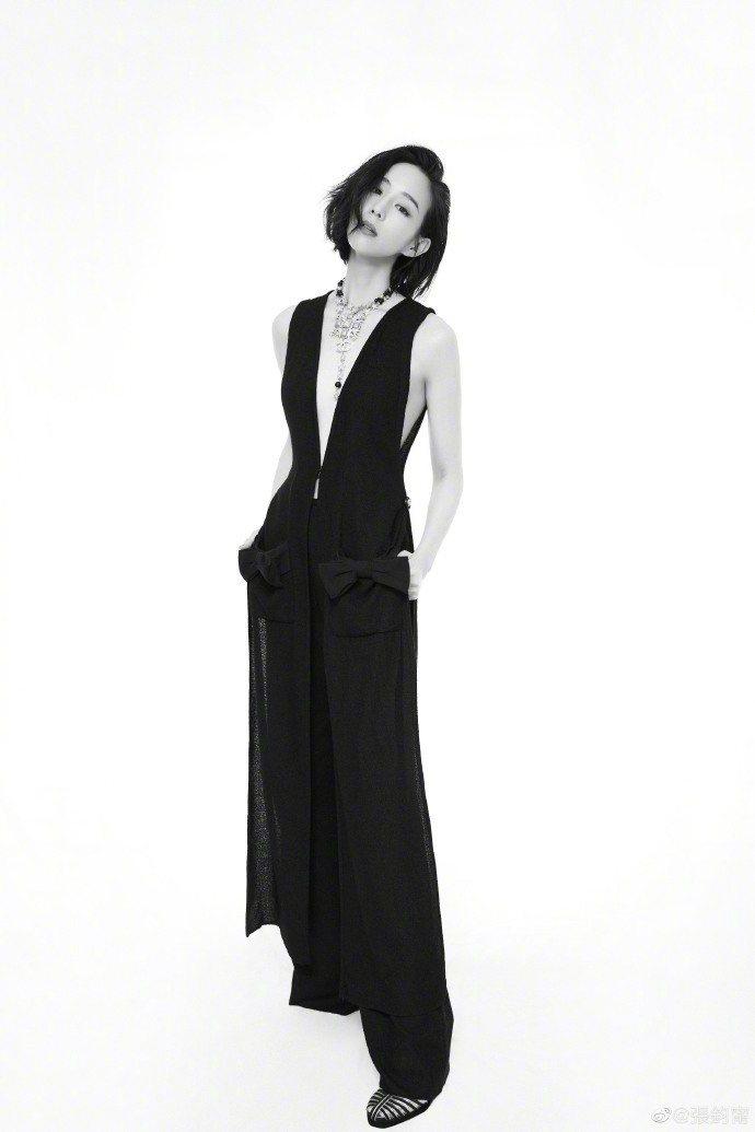 張鈞甯以香奈兒一襲黑色西裝式剪裁長背心搭寬褲。圖/摘自微博