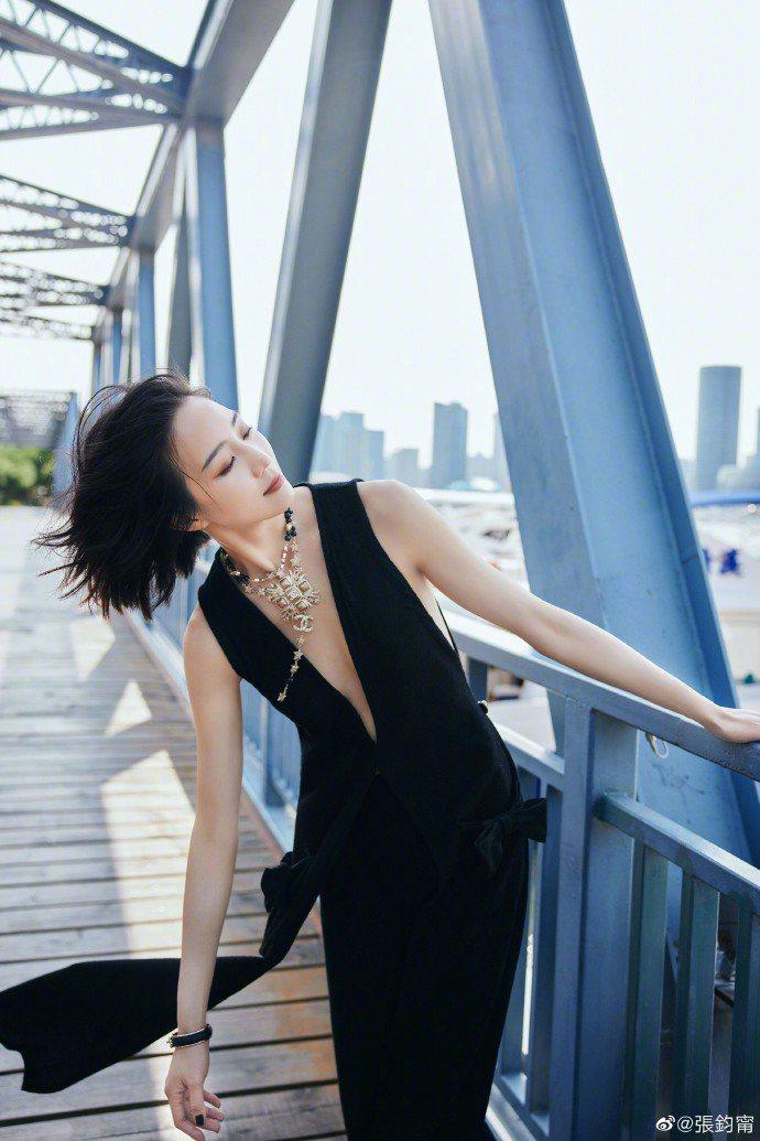 張鈞甯的香奈兒套裝有著深V剪裁,搭配香奈兒珠寶,華麗又火辣,也算是她比較難得的穿...