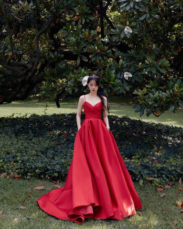 歐陽娜娜穿紅色細肩蓬裙禮服搭配小皇冠的造型,被微博網友比喻為「像是從迪士尼跑出來...