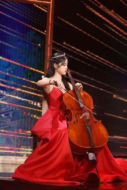 歐陽娜娜受邀擔任微博電影之夜開場表演嘉賓。圖/摘自微博