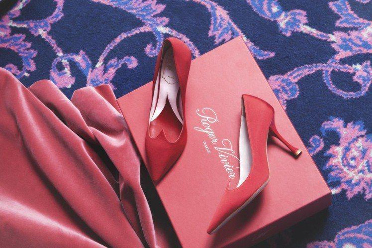 歐陽娜娜穿的Roger Vivier「I Love Vivier」愛心高跟鞋系列...