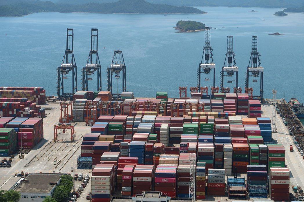 深圳鹽田國際貨櫃碼頭傳出工人染疫,導致如今碼頭運輸作業幾乎停擺,貨櫃塞爆這個平...