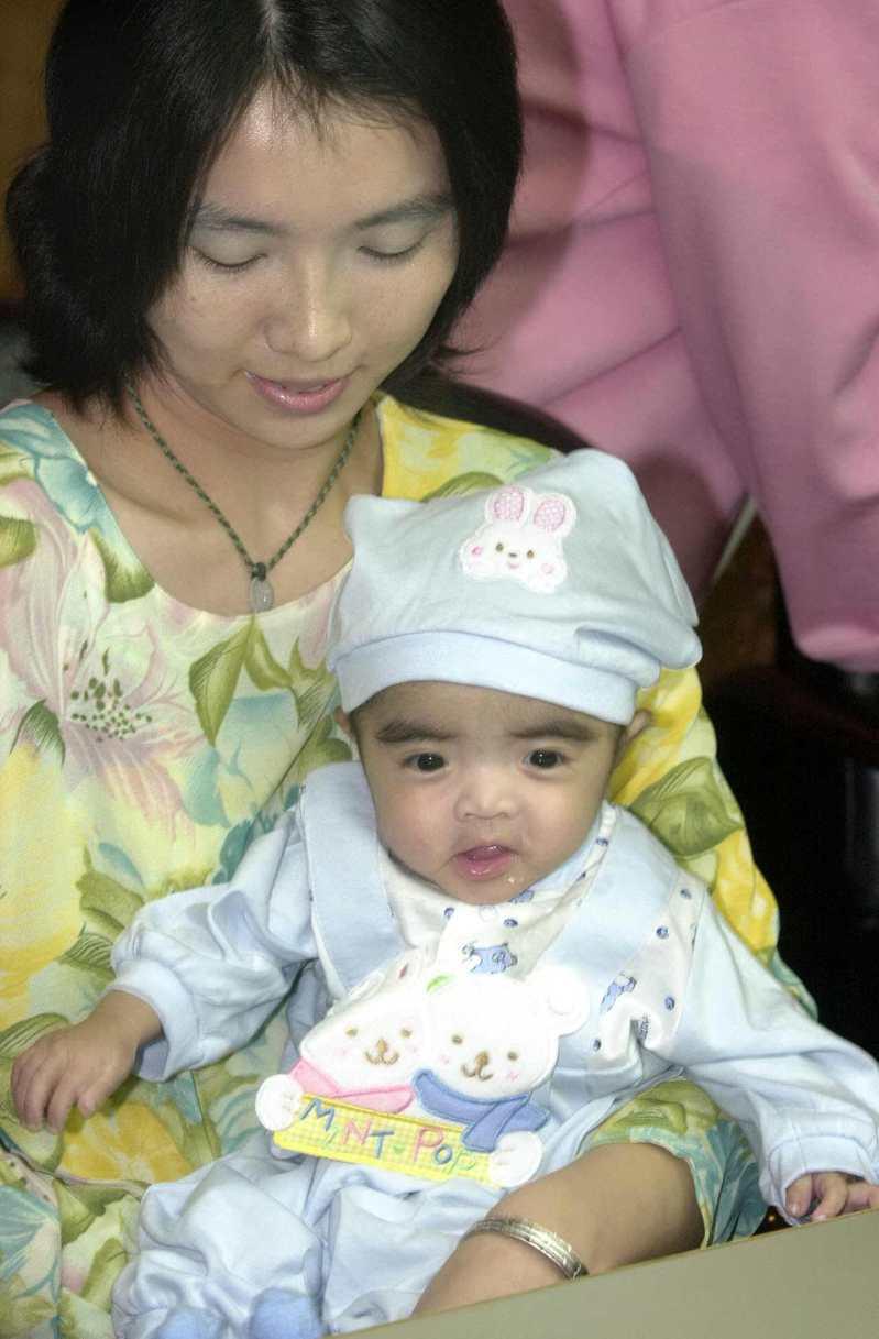 2000年6月13日,亞洲最小換心人張小弟出院。圖/聯合報系資料照片