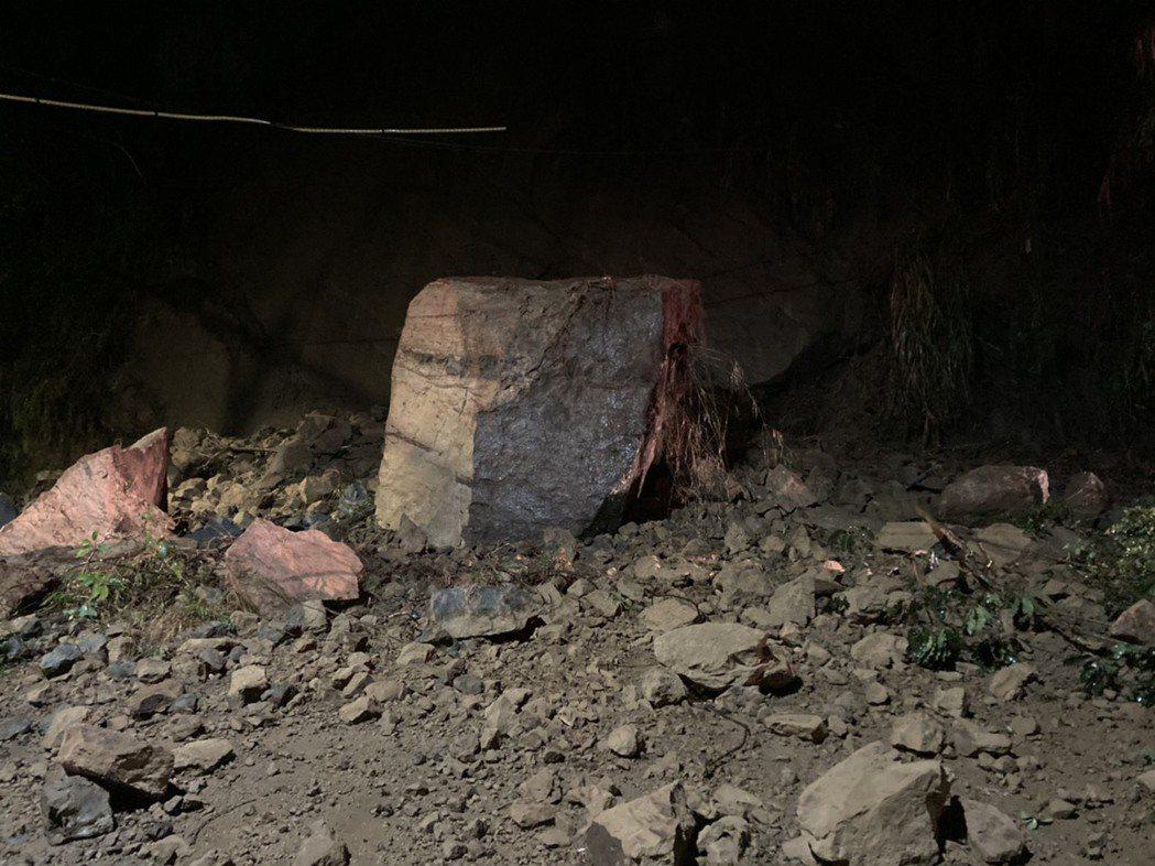苗栗縣大湖鄉苗62、苗62-2線口晚上7點48分,大量的土石崩落,上噸重的巨石落...