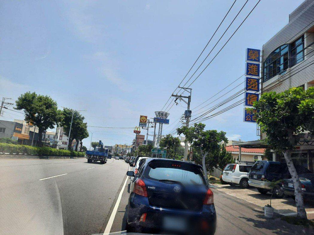 台中市清水區一家麥當勞得來速車道,排隊車潮100多公尺。圖/民眾提供
