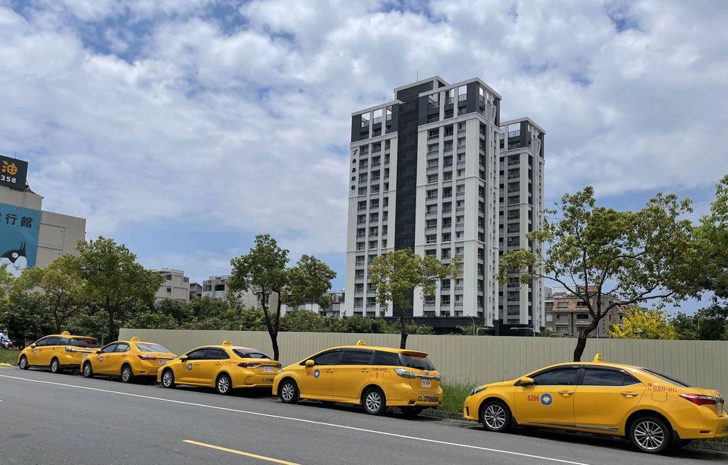 計程車爆發「退租潮」,出租車輛的交通公司損失慘重,退租的車子從門裡擺到門外。記者...