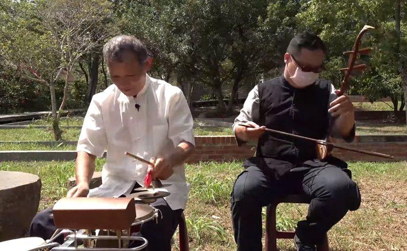 客家傳統音樂表演藝術工作者劉得相(左)、劉羅照(右)父子2人共同創作,運用客家弦鼓創作及客家傳統古曲平板山歌宣導防疫。圖/新竹縣政府提供