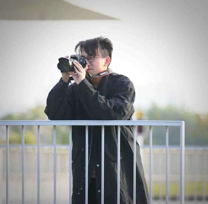 高雄高工畢業生李東諭有自閉症,雖不擅與人溝通,卻在拍攝YouTube影片中找到興趣志向,開啟與人交往的橋梁。圖/雄工提供、拍攝時非疫情嚴格控管時期