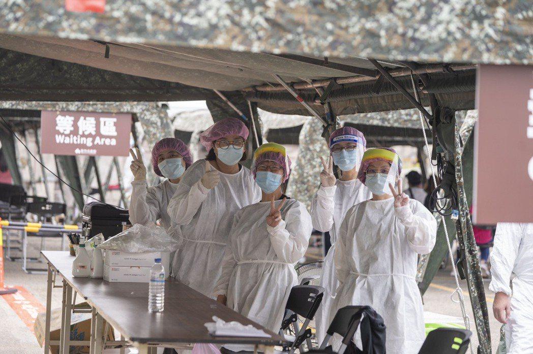 竹科專案篩檢站,女力醫護前線拚防疫。圖/新竹市政府提供
