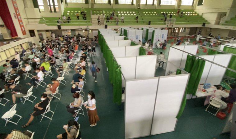 台南市大型疫苗注射站今天開打,圖為東區復興國中民眾注射情況。記者修瑞瑩/攝影