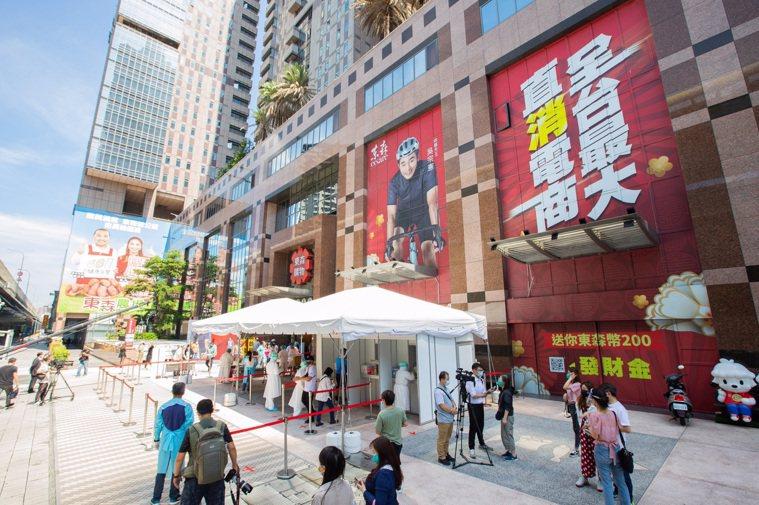 東森購物網總部前廣場設立篩檢站。(照片提供:東森集團)