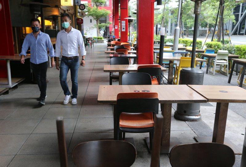 一名網友表示,三級警戒至今已一個多月並好奇,「餐飲業還可以撐多久?」,引起不少網友討論。圖/聯合報系資料照片
