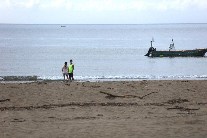新北市金山區金青沙灘昨天出現遊客,區公所請民眾配合防疫,非民生必須事務不要出門。記者邱瑞杰/翻攝