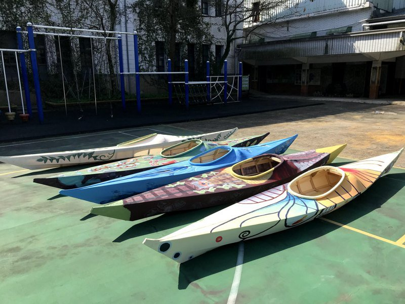 新北市瓜山國小學生透過彩繪獨木舟,傳達自己對故鄉的連結,預計疫情後一同出海「從海上看故鄉」。圖/新北市教育局提供