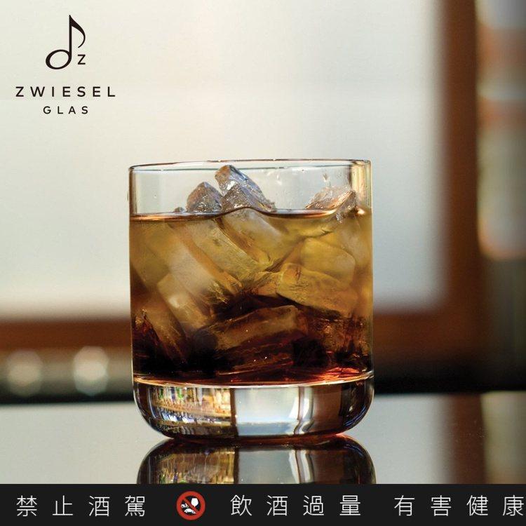Convention傳家系列經典威士忌杯款,方便套入冰塊或蘇打水。圖/德國蔡司提...