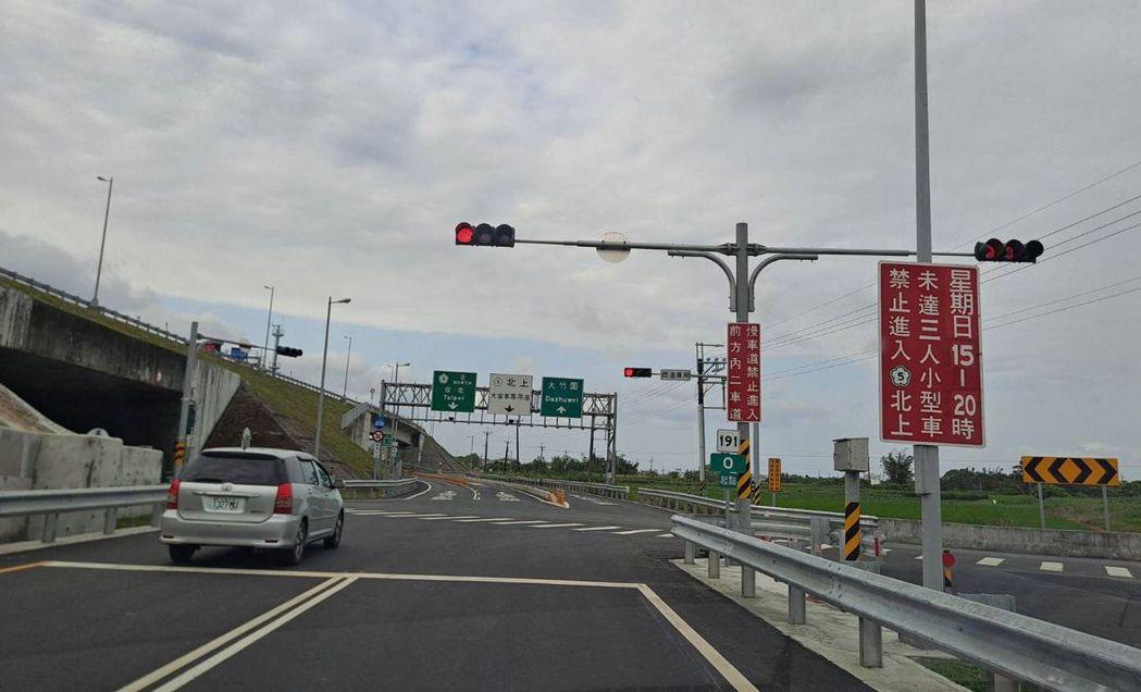 因應端午節連假的國道高強度匝道儀控今天做調整,國5交流道紅燈秒數縮短,從原本的3...