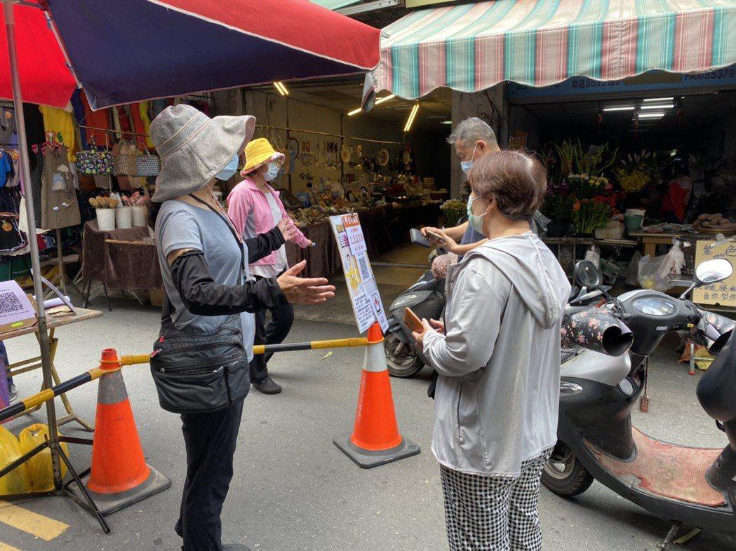 因應防疫,楠梓公有市場外市則將楠梓東街、楠裕街與楠泰街進行管制。記者陳弘逸/攝影