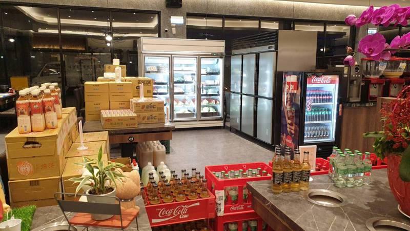 全台千葉火鍋自6月1日起將原本餐廳規劃為超市,販售肉品、海鮮、飲料、甜點等,成為另類的火鍋超市,吸引民眾來採購。圖/千葉火鍋提供