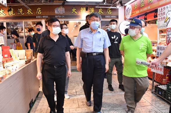台北市長柯文哲昨天上午才到南門市場視察周末人流管制,今天就傳出市場有攤商快篩陽性。圖/北市府提供