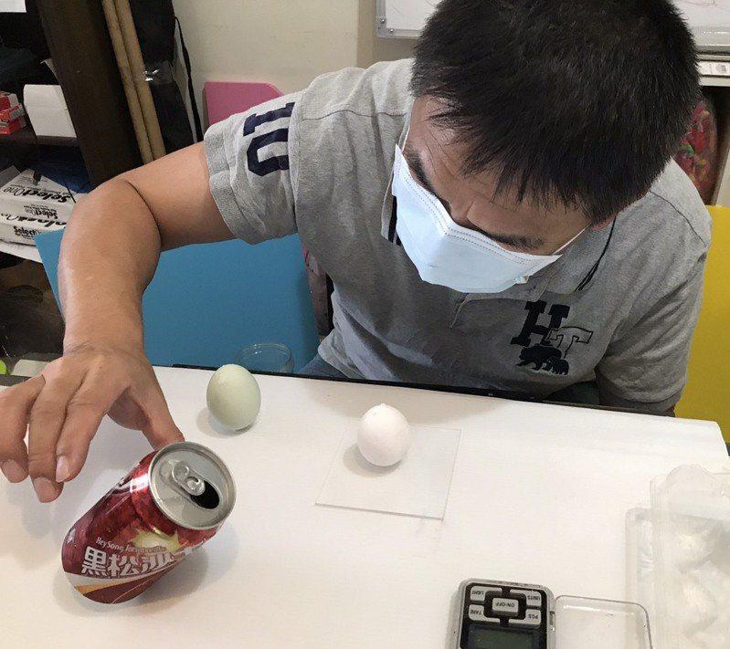 高雄市陽明國中理化科老師謝甫宜教大家輕鬆玩立蛋,也用科學見證不是只有端午節才能立蛋。圖/陽明國中提供