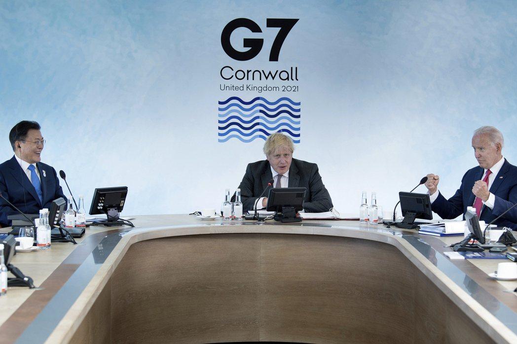 南韓總統文在寅(左起)、英國首相強生和美國總統拜登12日開G7工作會議。(美聯社...
