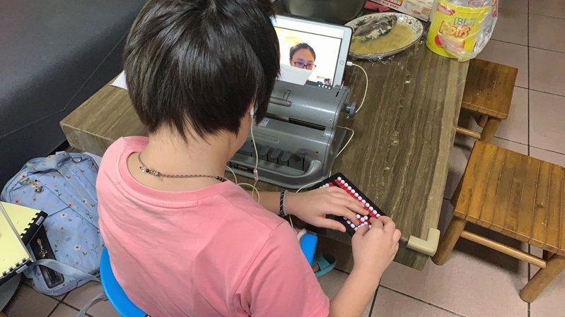 嘉市育人國小的視障生,進行線上視訊教學時,邊操作盲用算盤輔助。圖/嘉義市政府提供