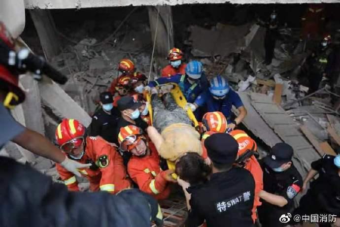 圖為消防、公安、救援隊等救援力量成功營救一名被困群眾。環球網
