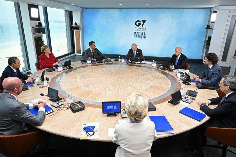七大工業國(G7)領袖12日開會討論中國在全球的影響力時,主辦單位將會議室四周的...