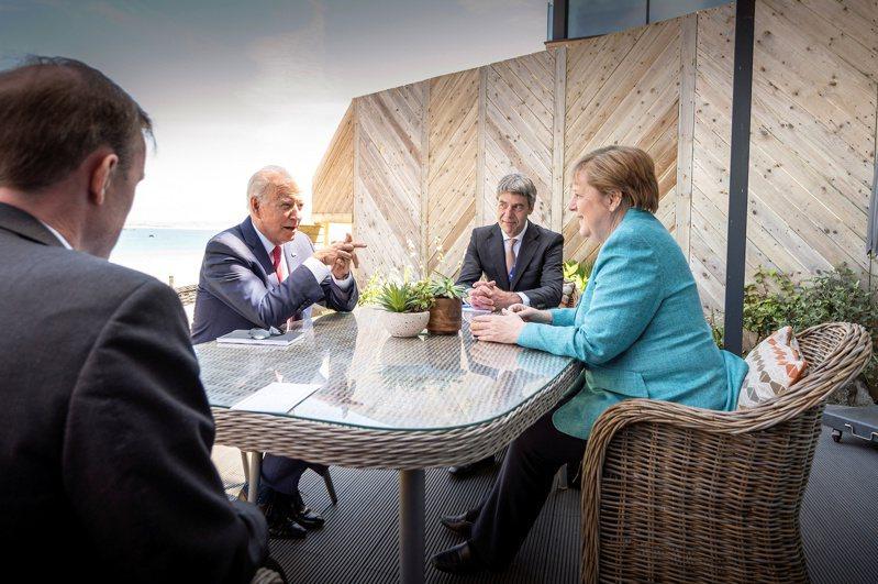 世界衛生組織(WHO)和德國上月宣布將在柏林成立新的全球中心,利用收集的資訊、人工智慧和其他先進科技來預測和預防傳染病大流行。圖為德國總理梅克爾(右)12日在G7峰會場邊與美國總統拜登( 左二) 會談。路透