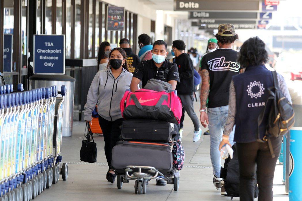 隨著美國新冠疫苗施打日益普及,染疫新增病例開始驟降,悶壞的美國人已迫不及待出遊。...