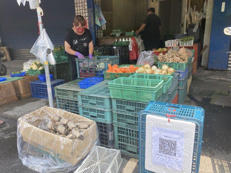 端午節菜價高,民眾也可採買些較平價的胡蘿蔔、洋蔥等根莖類蔬菜,若沒連續下雨,部份菜價應一周就可回穩。記者林宛諭/攝影