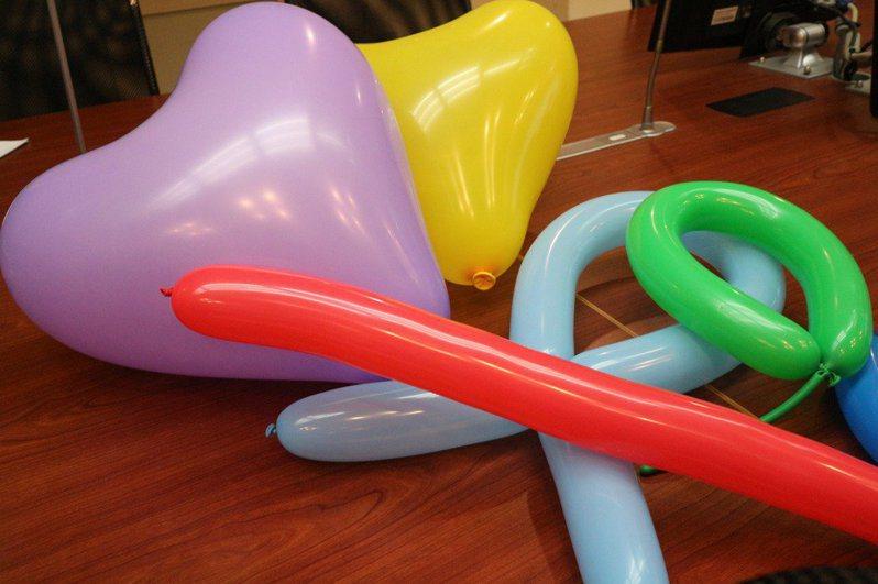 衛福部草屯療養院職能治療師蔡欣芸教導用氣球與孩子玩「空降氣球」和「你拍我接」等居家遊戲。圖/本報資料照
