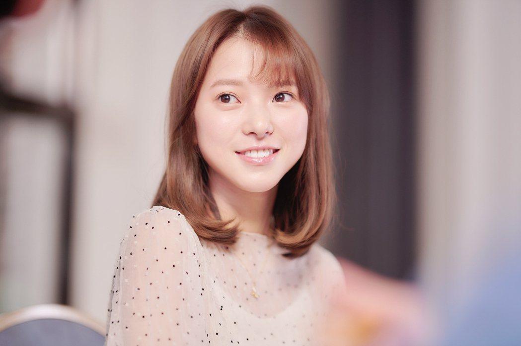 項婕如在「愛的奧特萊斯」中飾演校園夢幻女神傅靖雪。圖/LINE TV提供