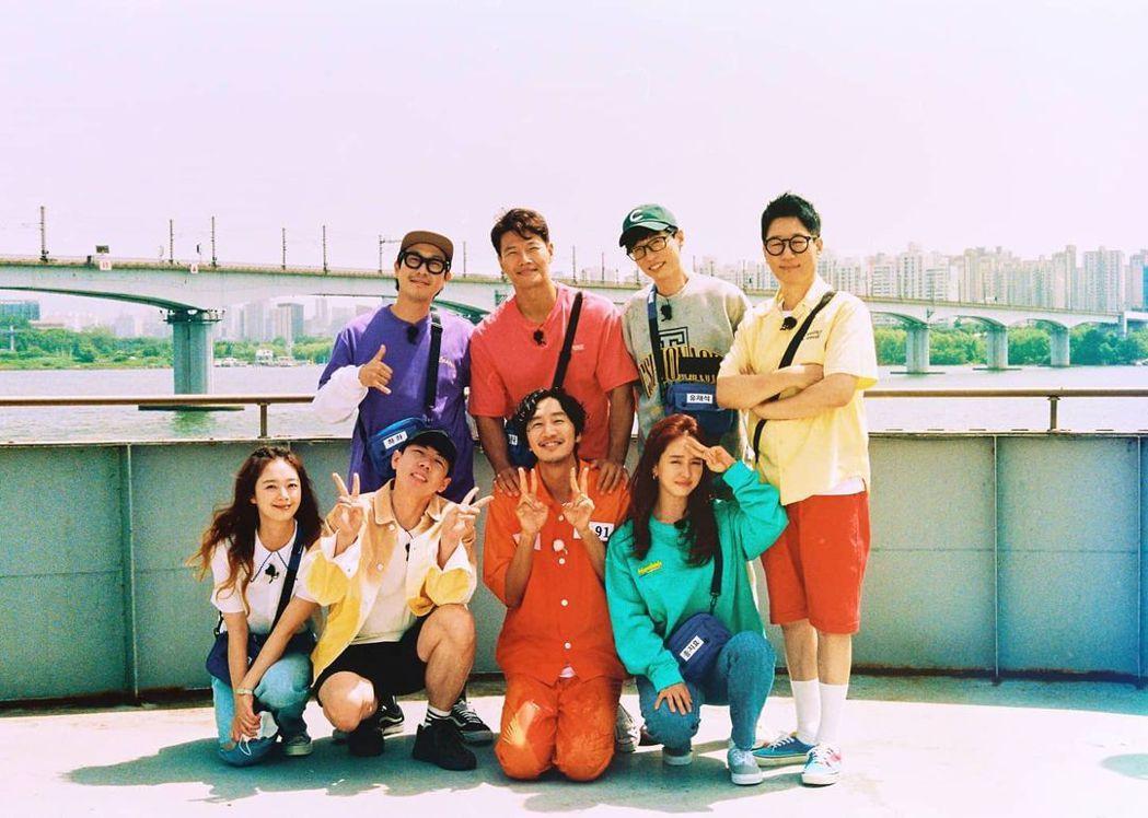 李光洙(前排右二)在成員們祝福中離開節目。圖/摘自IG