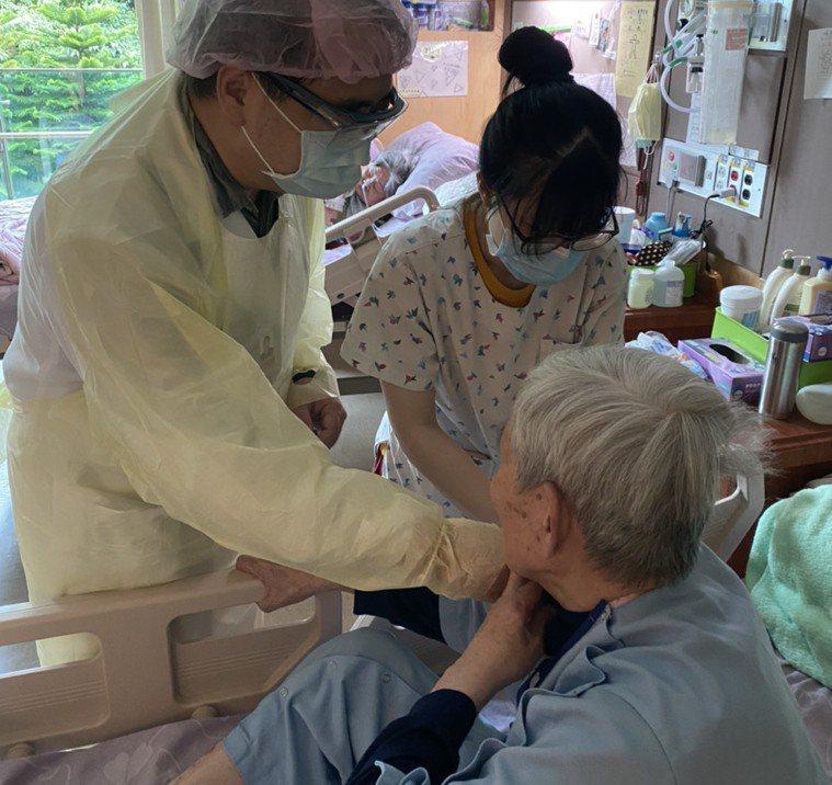 75歲老人排在第六類施打疫苗,但粥少僧多,很多縣市從85歲以上先打。圖/新北市衛...