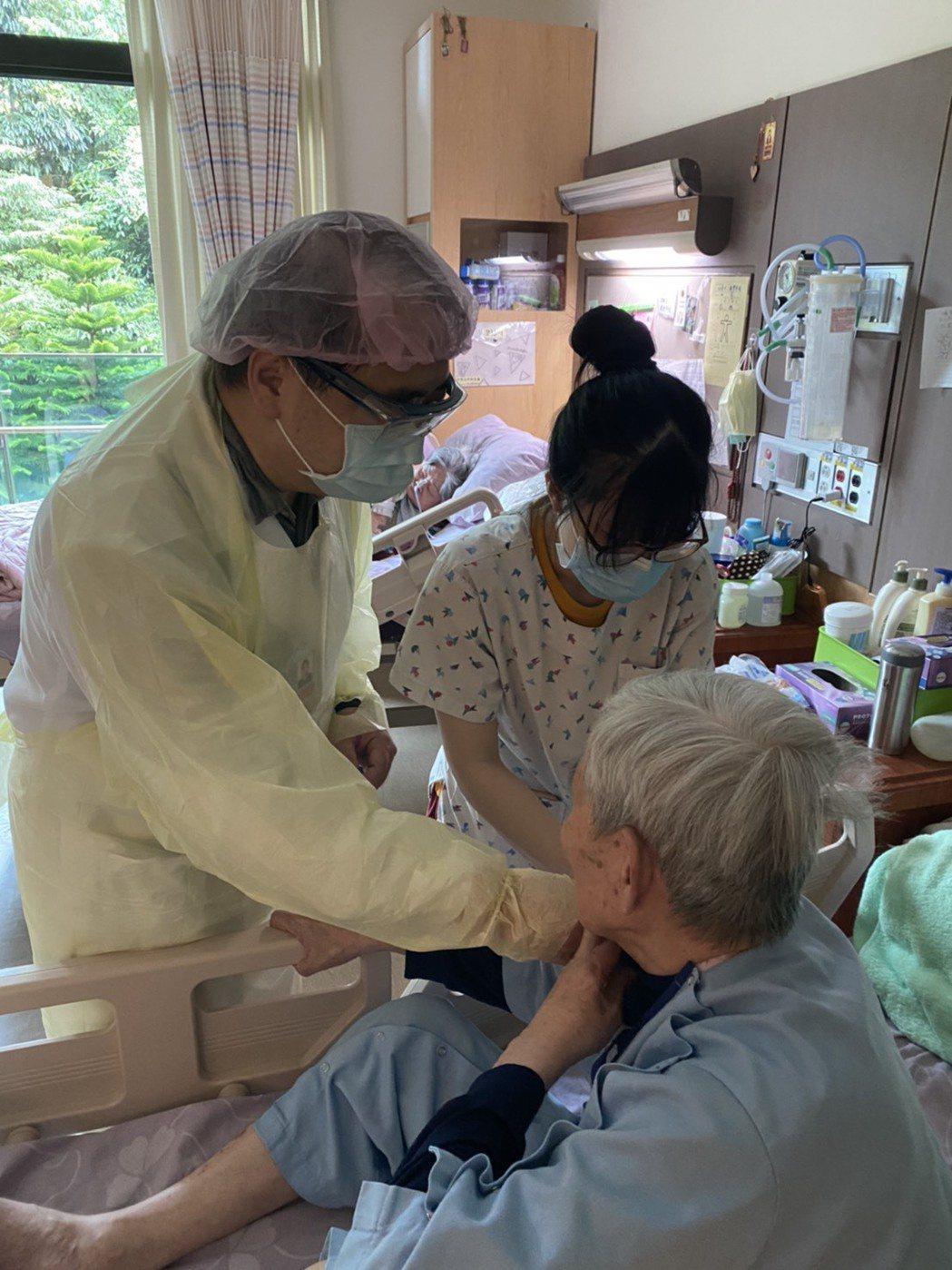 醫護人員為新北的長照長者施打疫苗。圖/新北市衛生局提供