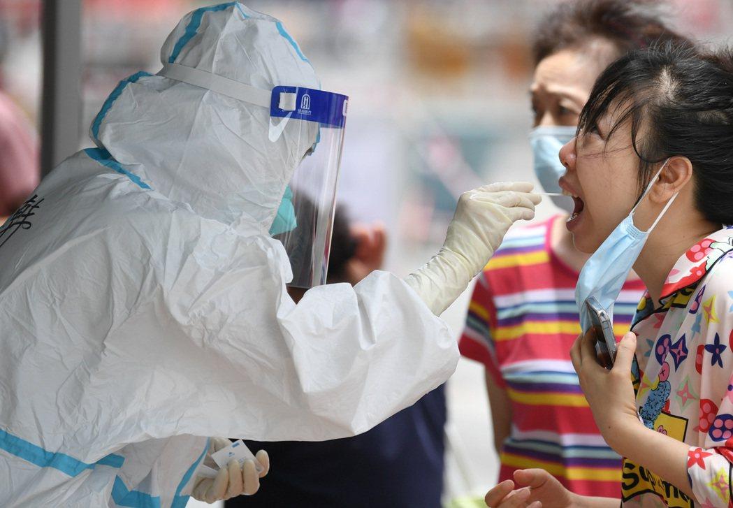 廣東省6月12日召開疫情防控工作視訊會議,部署集中優勢資源、優勢力量,全省全市調...
