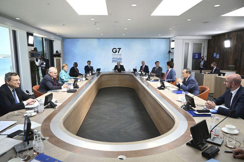 G7 13日發表峰會公報,G7領袖首度在公報中提及台灣海峽和平穩定的重要性,並要求中國大陸尊重新疆人權,允許香港高度自治。圖為G7領袖12日開會。(美聯社)