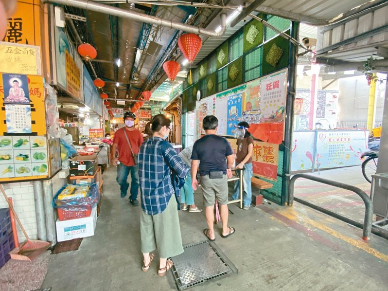台南市中西區東菜市場昨天在端午節前夕,市場內擠滿買菜的婆婆媽媽。記者修瑞瑩/攝影