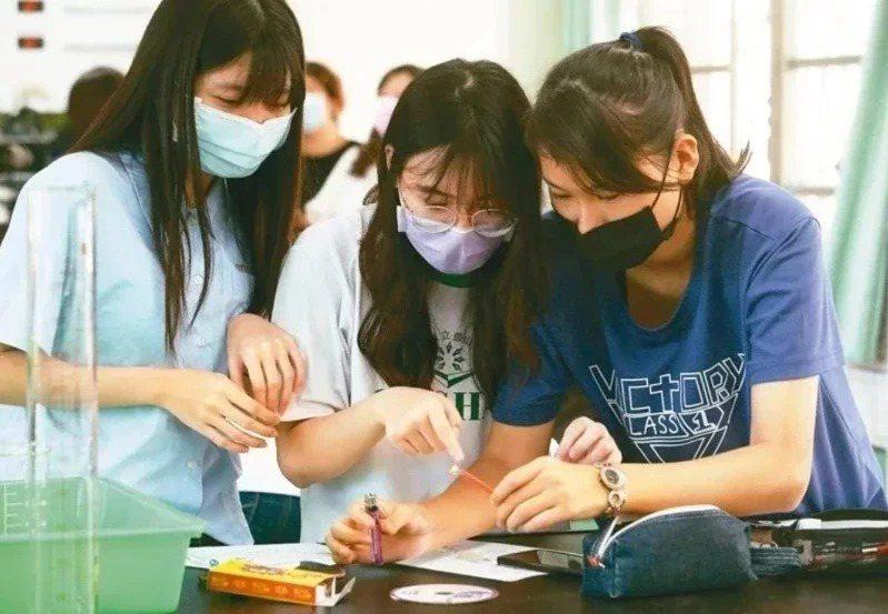 許多高中宣布增設雙語實驗班,並將此班設定為自然組班級,加強海外交流,協助學生報考國外大學。圖為示意圖。本報資料照片