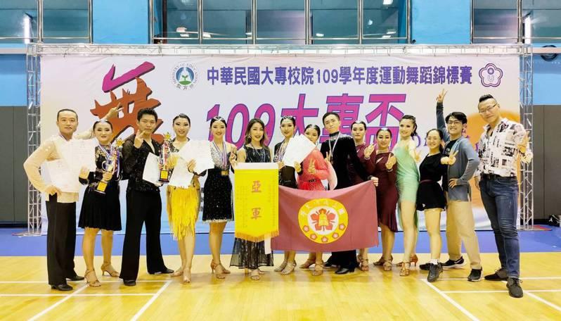 成功大學國標社在教練王翔(右一)與蔡孟芮(左六)帶領下,拿下今年大專盃運動舞蹈錦標賽總亞軍,左五為中文系學生趙怡喬。圖/王翔提供