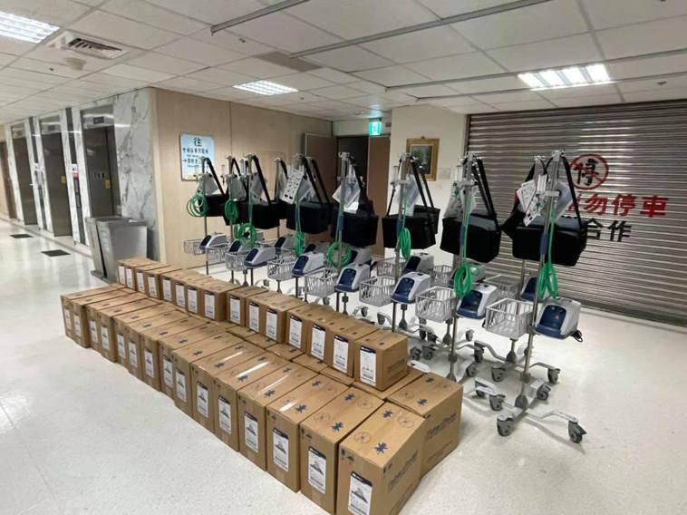賈永婕熱心募捐高流量氧氣鼻導管全配系統(HFNC)。圖/摘自臉書