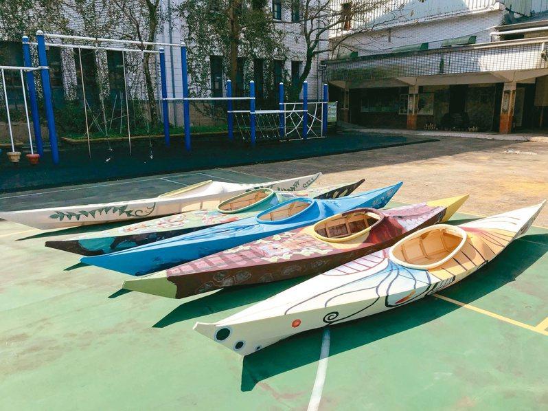 新北市瓜山國小學生彩繪獨木舟,連結自己的故鄉,預計疫情後一同出海「從海上看故鄉」。圖/新北教育局提供