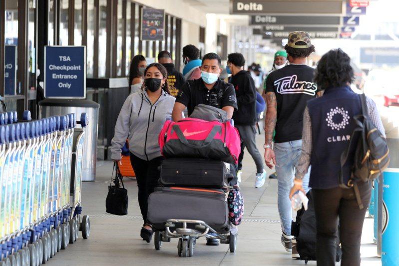 隨著美國新冠疫苗施打日益普及,染疫新增病例開始驟降,悶壞的美國人已迫不及待出遊。(路透)