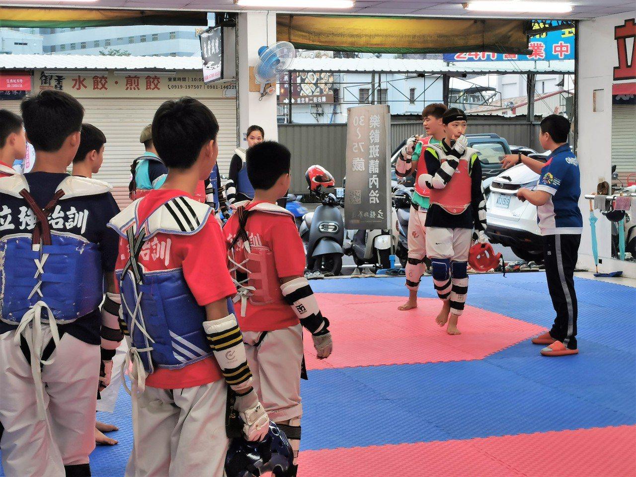 楊喬詠(右)推動樂齡跆拳多年,強調依個人身體狀況調整強度,但一定要紮實基礎。 圖...