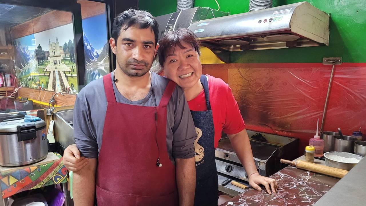 曾是籃球選手、保險經紀的李霈華,為愛轉行當廚師,煮出咖哩好味道。  圖/游明煌...